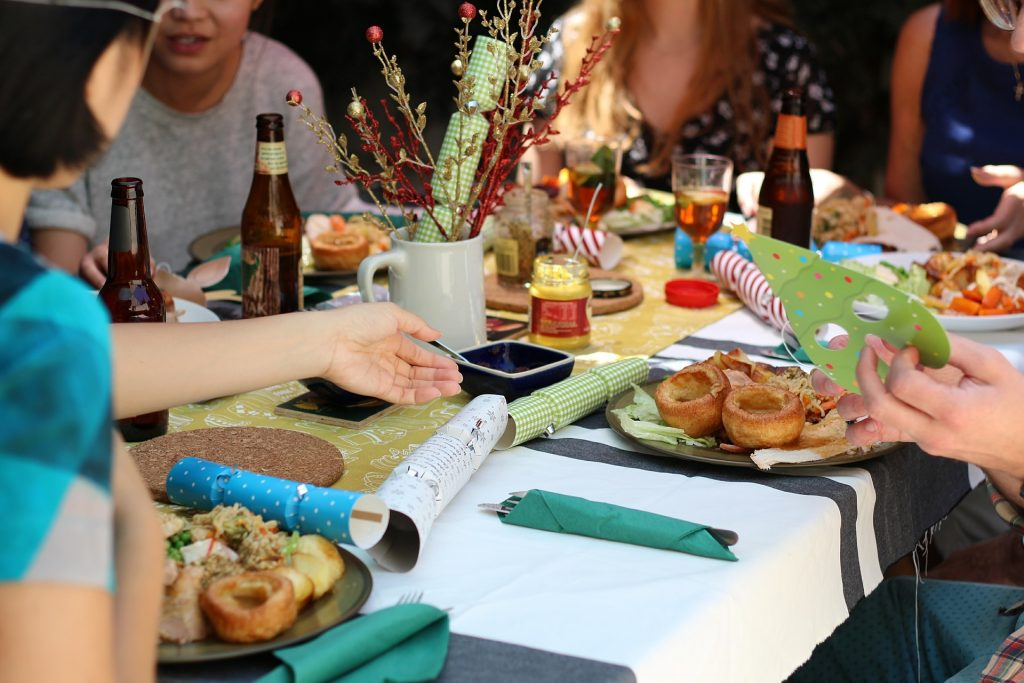 Essen an einem Tisch in geselliger Runde