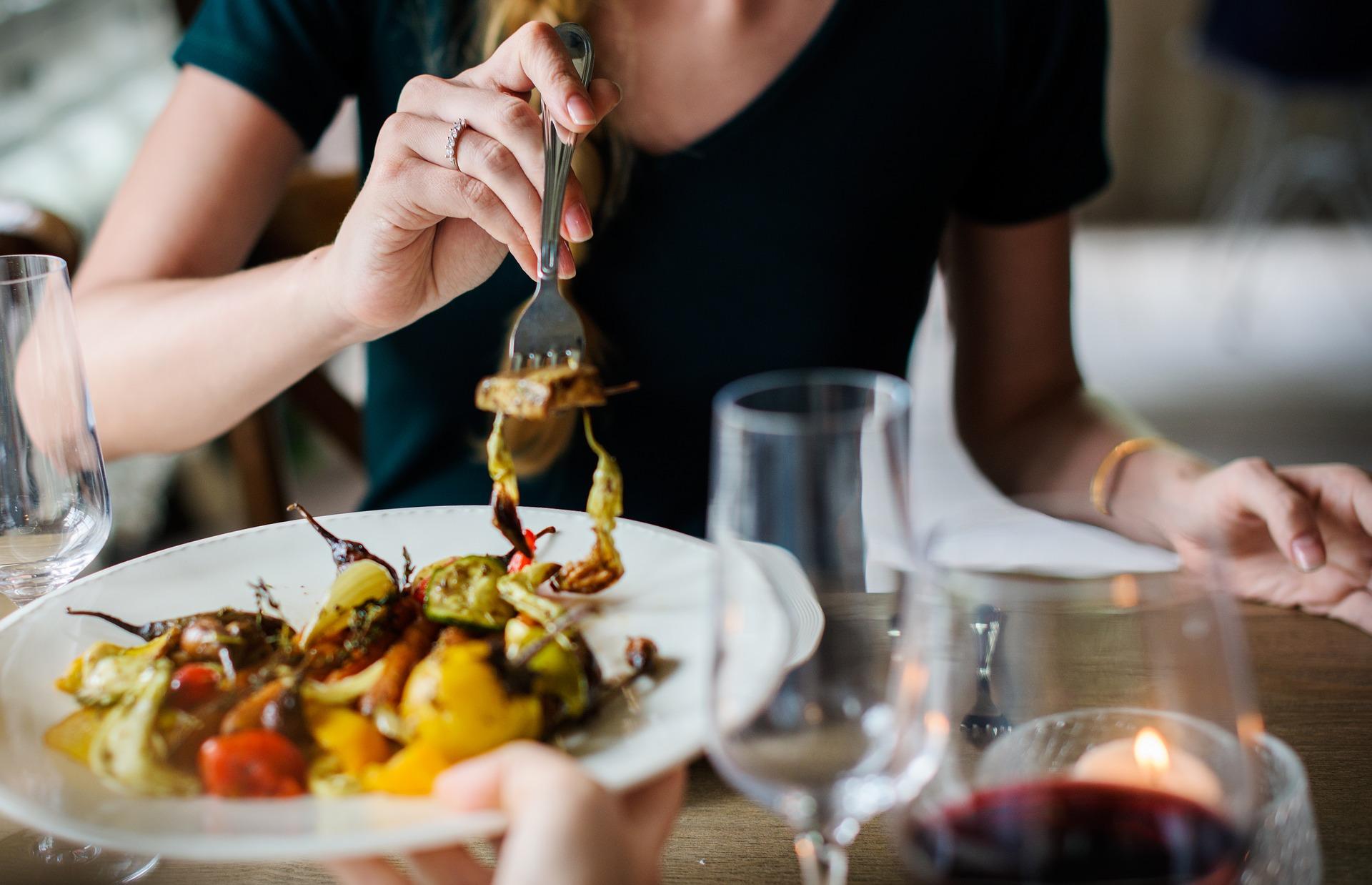 Frau isst am Tisch
