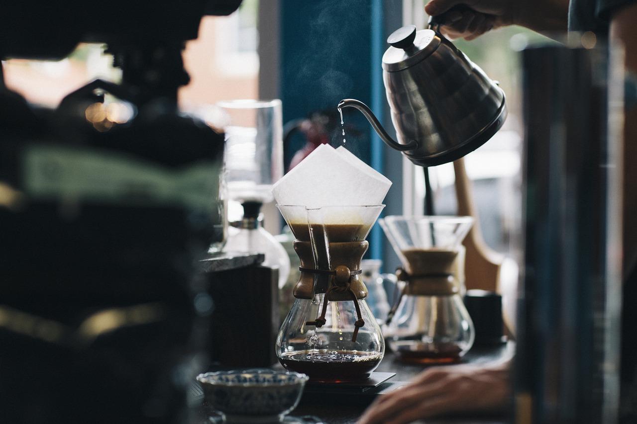 Kaffee wird mit heißem Wasser aufgebrüht